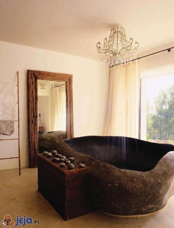Niesamowita łazienka z kamienną wanną