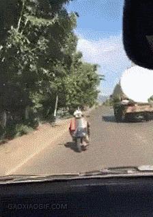 Czemu ten skuter jedzie tyłem... Ah, okej!