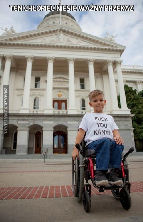 Ten chłopiec niesie ważny przekaz