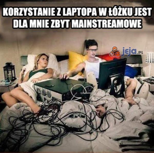 Komputer w łóżku