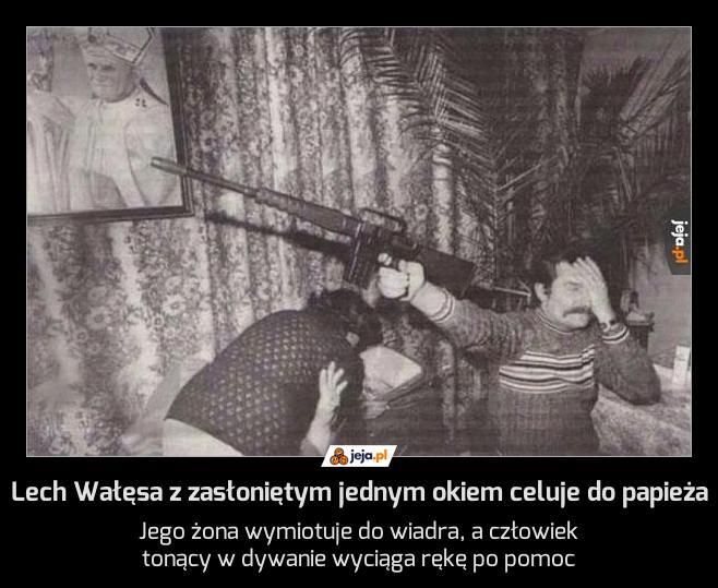 Lech Wałęsa z zasłoniętym jednym okiem celuje do papieża