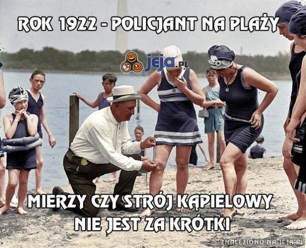 Policjant na plaży mierzy, czy strój kąpielowy...