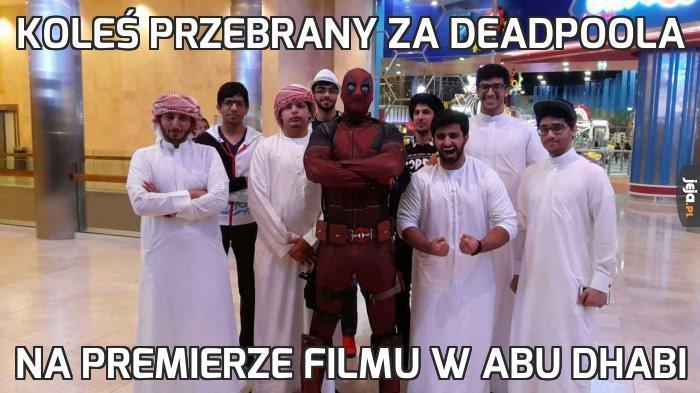 Koleś przebrany za Deadpoola