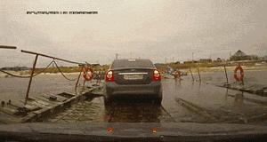 Ciężarówka na moście pontonowym