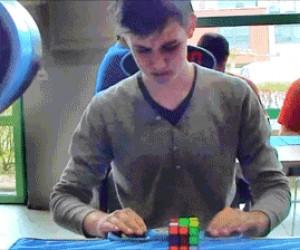 Koleś ułożył kostkę Rubika w 5 i pół sekundy