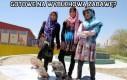 Trzy Afganki na deskorolkach