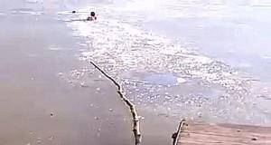 Chłopak przebija się przez zamarznięte jezioro, żeby ocalić tonącego psa