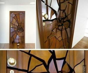 Roztrzaskane drzwi