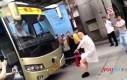 Chiński mistrz kung-fu holuje autobus penisem
