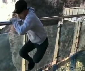 Pękający szklany most