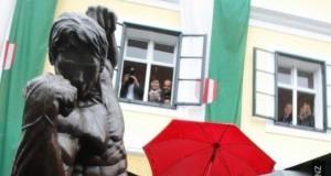 Arnold dotyka się w miejscu publicznym