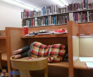 Studentka, pewnie ciężko się uczyła w nocy