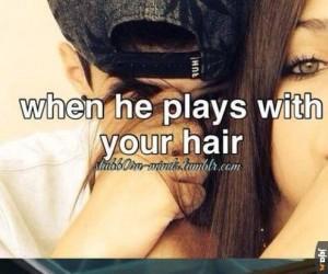 Kiedy on bawi się Twoimi włosami