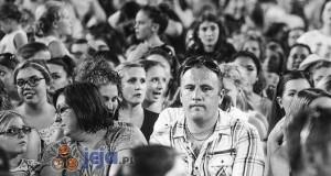 Minuta ciszy dla mężczyzn na koncercie One Direction
