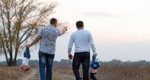 Ojcowie na spacerze z dziećmi