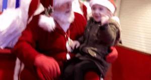 Mikołaj używa języka migowego, by zapytać, co dziewczynka chciałaby dostać