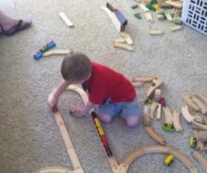 Dziecko grzecznie się bawi
