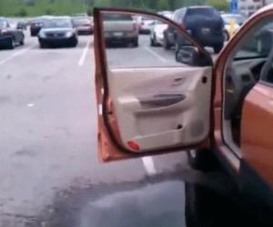 Skok przez kałużę do auta