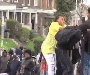 Matka daje lanie protestującemu synowi w Baltimore