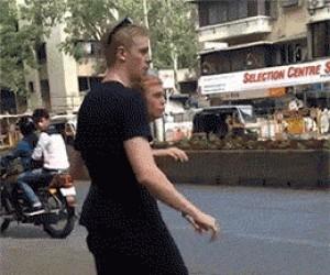 Jak przechodzić przez ulicę w Indiach