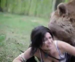 Lara Croft walczy z niedźwiedziem
