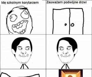 Idę szkolnym korytarzem i zauważam...