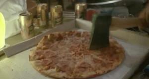 Jak mężczyzna kroi pizzę