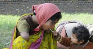 Syn karmi swoją mamę