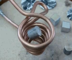 Siła elektromagnesu topi metal