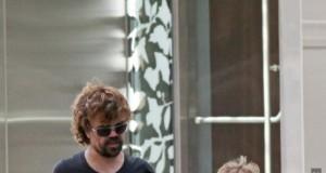 Tyrion Lannister ze swoją lewitującą córeczką