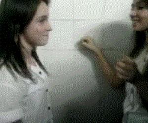 Co naprawdę dziewczyny robią razem w toalecie