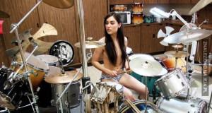 Sasha Grey na perkusji
