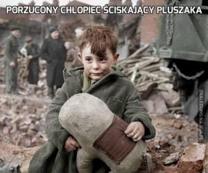 Porzucony chłopiec ściskający pluszaka