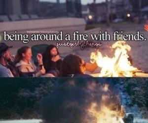 Siedzieć z przyjaciółmi blisko ognia