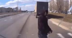 Kierowca cieszy się, że uratował pieszemu życie i postanawia go przytulić