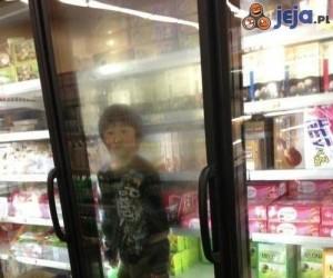 Pamiętaj o tym, żeby zawsze wkładać dziecko do lodówki