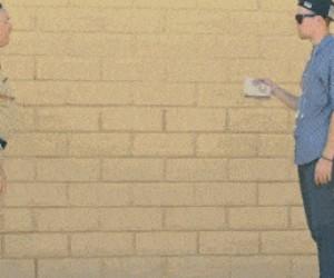 Magik próbuje sprzedać zioło policjantowi