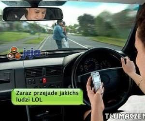 Właśnie tak wygląda pisanie sms-ów w trakcie jazdy...