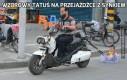 Wzorowy tatuś na przejażdżce z synkiem
