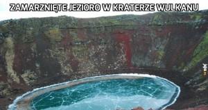 Zamarznięte jezioro w kraterze wulkanu