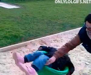 Zabawa z mamą na placu zabaw