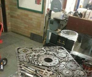 Stół stworzony z części silnika