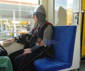 Fota z rycerzem w autobusie