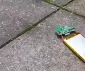 Nigdy nie dźgaj swojej baterii w telefonie
