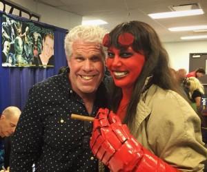 Dziewczyna w cosplayu Hellboya z Hellboyem