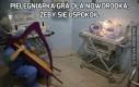 Pielęgniarka gra dla noworodka, żeby się uspokoił
