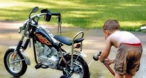 Młody fan motocykli