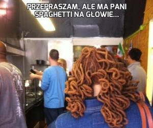 Przepraszam, ale ma pani spaghetti na głowie...