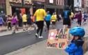 Chłopczyk pomaga maratończykom power upami