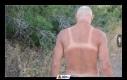Twój ojciec zdejmuje na plaży koszulkę